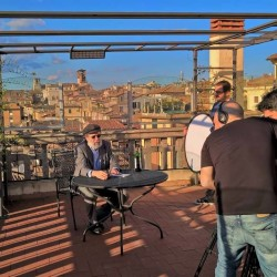 Peter Laufer sul set di News Feed